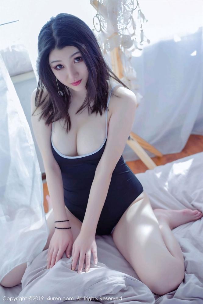 妹子糯糯Nn低胸旗袍展露惹火身材 胸前两团柔软随着呼吸荡起乳波