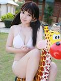性感模特刘飞儿Faye与长颈鹿玩耍