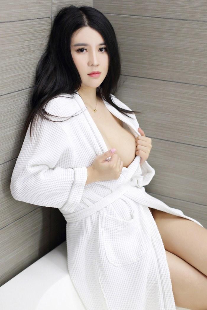 清纯美女Sukki豹纹SM秀白嫩美胸