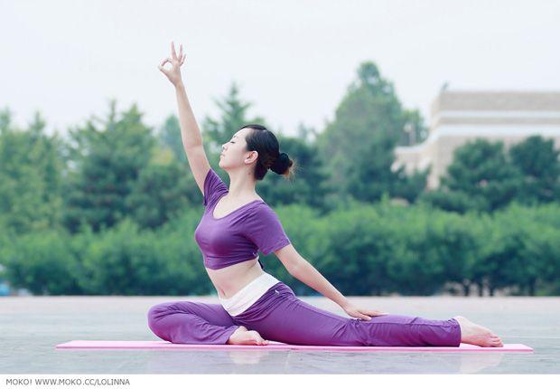 美女瑜伽―健康生活远离尘嚣